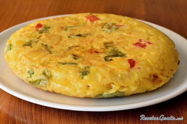 Tortilla de patatas con pimientos verdes y rojos