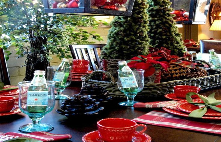 HOLIDAY HOSTING & TABLE TOPS THAT WILL WOW YOUR GUESTS Traditional Green and Red Holiday Tablescape