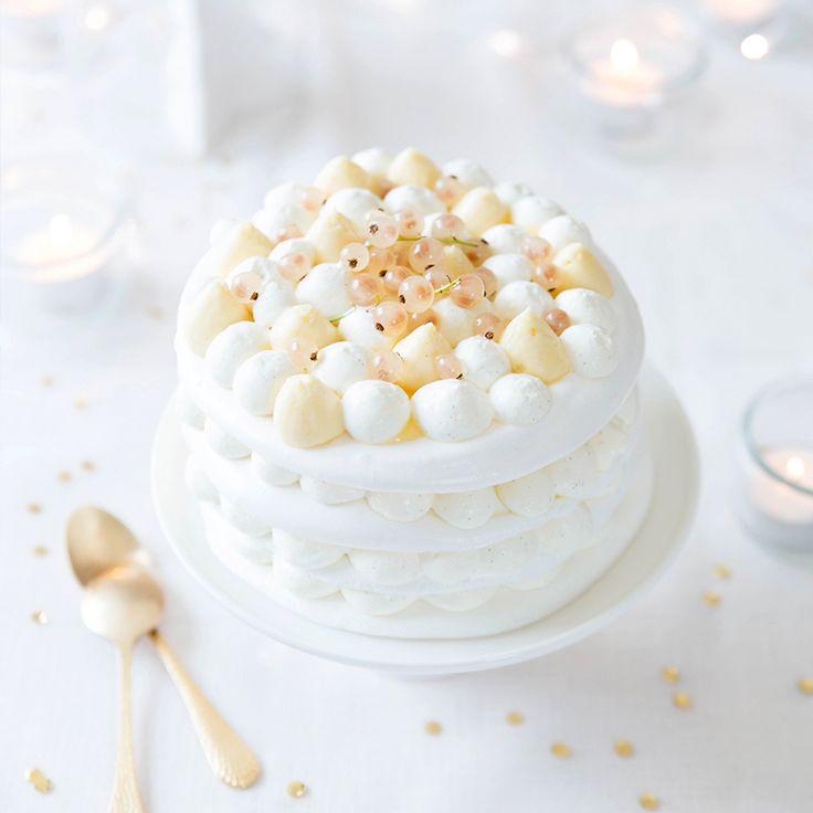 Une pavlova de fête qui se compose de trois disques de meringues, d'une chantilly vanillée et d'un crémeux au miel pochés à la poche à douille.