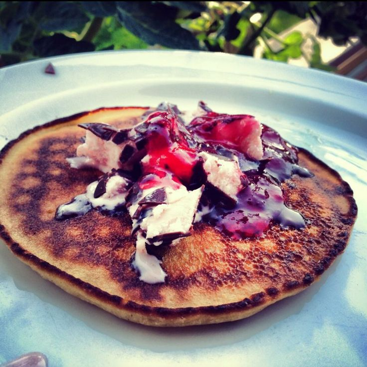 Pancakes with berries and icecream