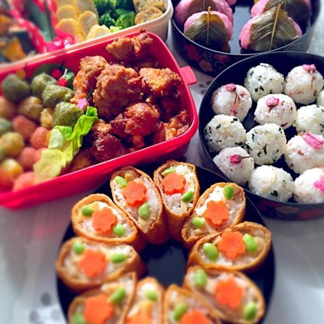 こちら北海道はようやくお花見シーズン。お弁当作ってお花見へlet's go! MENU ⚫︎さくらおにぎり ⚫︎しらすとわかめのおにぎり ⚫︎おいなり たけのこ+人参 ⚫︎唐揚げ ⚫︎卵焼き 出汁巻き+甘いの ⚫︎大学南瓜 ⚫︎三色じゃがいも団子 カレーチーズ、青海苔、桜エビ ⚫︎ブロッコリーの昆布茶和え ⚫︎オクラの漬物 ⚫︎桜もち - 82件のもぐもぐ - お花見弁当。 by ちゃみ