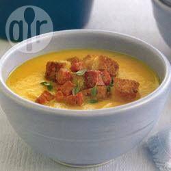 Deze goudgele, fluweelzachte soep is ideaal als lichte lunch op een kille dag. De appel geeft de soep een friszure smaak en de chilipeper zorgt voor wat pit.