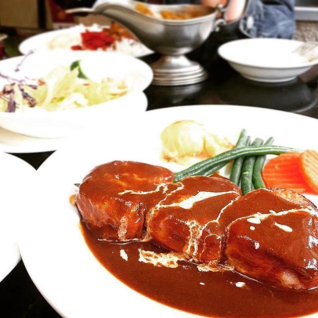 芦ノ湖にある洋食屋、レストランブライトにて☆ 仔牛とベーコンのブロシェット🍖 美味しくてため息でた🦉 #iphone6 #芦ノ湖 #レストランブライト #洋食 #肉 #デミグラスソース #たまの贅沢