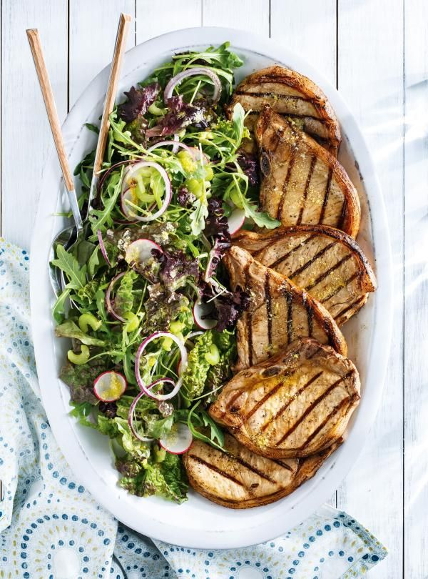 Recette de côtelettes de porc grillées et salade citron-parmesan de Ricardo