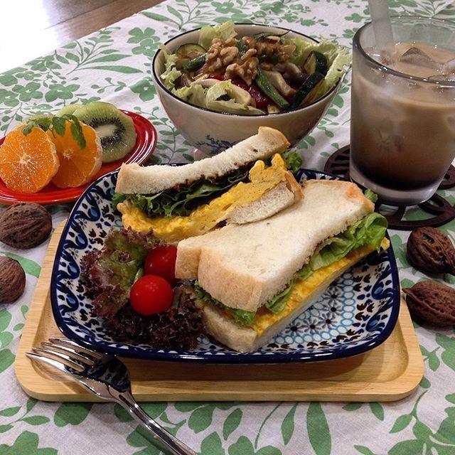 【michiko.matsubara013】さんのInstagramをピンしています。 《今日は30度くらいでしょうか。クーラー26度設定でお籠り中。  今夜は十五夜です♪ 言い訳しないでお団子が食べられる〜〜🎶 子供達が小さい時は、季節の行事を大事にしてきましたが、最近はススキがどこに生えているのかも分からず・・。野菜やお芋をお供えすることもなく。月を眺めてお団子を食べる日になってしまった(汗) 果たして、子供達はお月見の意味を覚えているのだろうか。 収穫に感謝する日って・・覚えてるかな。 今夜は二男坊に質問してみよう! 今日のひとりランチ〜🍴 #たまごサンド  #森 の#きのこ と#クルミ の#サラダ  #キウイ #ミカン  #カフェラテ  満月の日は、月に向かってお財布をフリフリするとお金が入ってくるんだって〜^_^  #カフェ #ひとりカフェ #ひとりランチ #ひとりご飯 #おうちご飯 #お昼ご飯 #パン #サンドイッチ》