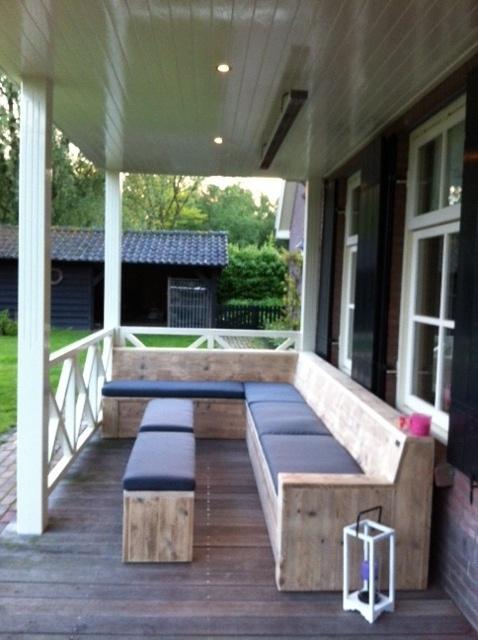 Grote maatwerk hoekloungebank van steigerhout met klepbak voor opbergen kussens en hoogwaardige buitenkussens. Vervaardigd door www. steigerhoutenzo.com