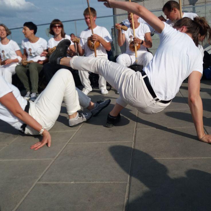 Grupa Capoeira Angola tańczy przy Syrence nad Wisłą