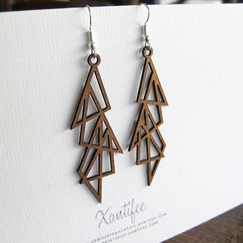 Deze houten oorbellen met driekhoekjesontwerp maken je outfit helemaal af. Het hout werd gesneden via lasercut van daar zijn perfecte en gedetailleerde vorm.