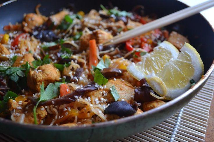 Kurczak z makaronem ryżowym i warzywami