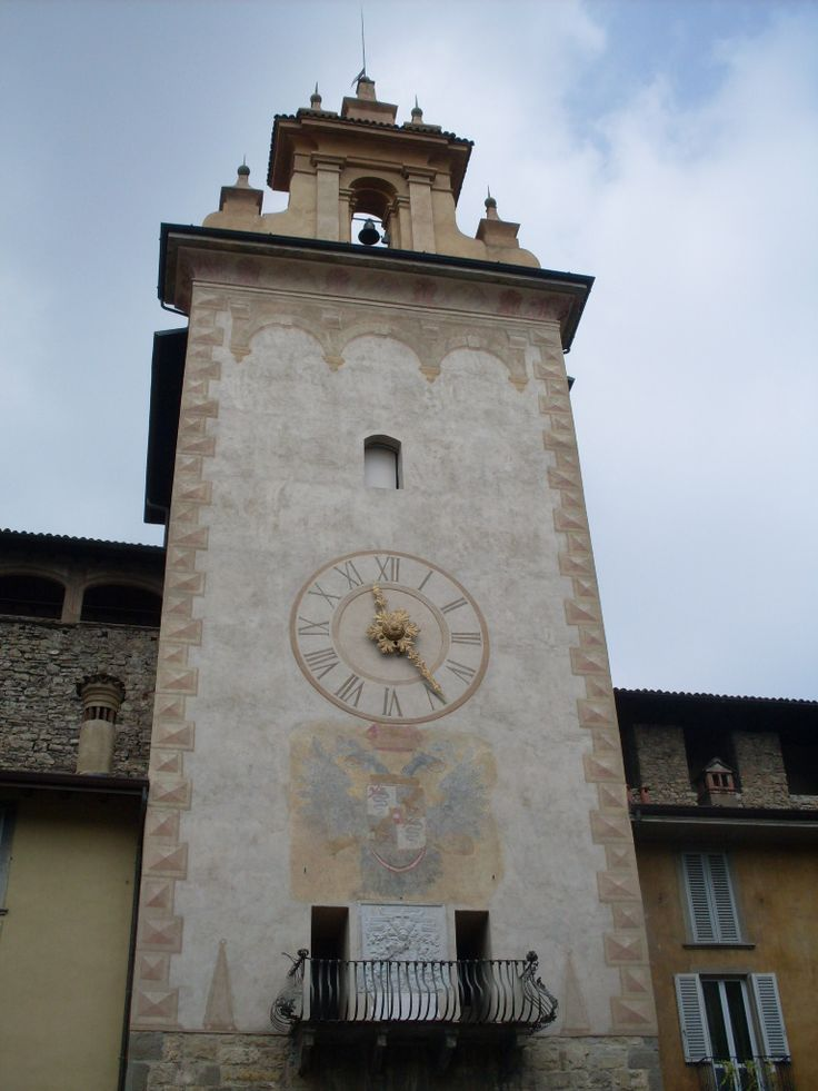 Una torre reloj en Bergamo
