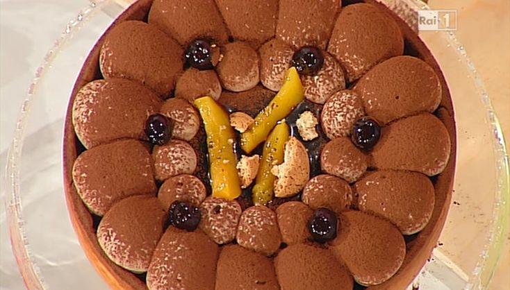 Per la frolla Milano, impastiamo 1 Kg di farina con 500 g burro, 500 g zucchero e 200 g di uovo. Stendiamo la frolla (4 mm), fredda di frigorifero; ne ricaviamo un disco, con cui foderiamo una tortiera. Pareggiamo i bordi e bucherelliamo il fondo.