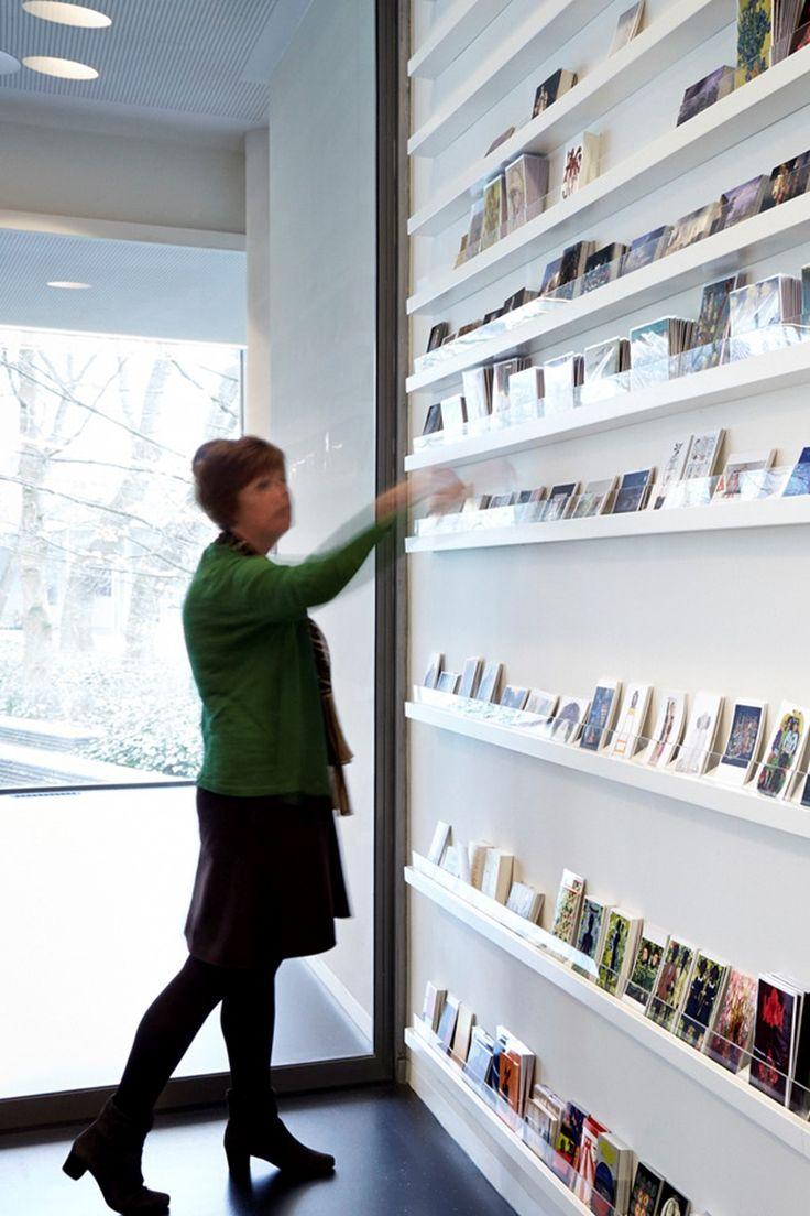Stedelijk Museum 's-Hertogenbosch kaartendisplay Museumwinkel - Bierman Henket Interieur