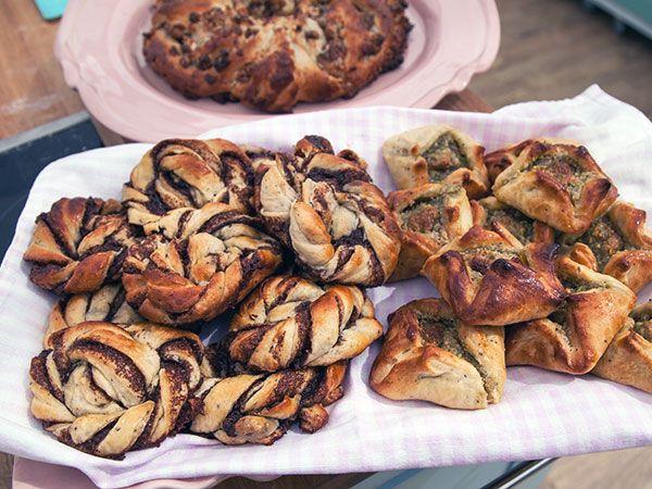 Av en deg blir det tre olika sötebröd. Fikonkrans fylld med mandelmassa, fikon och pecannötter. Kanelknutar med muscovadosocker, congac och kardemmuma. Pistagesäckar med mandelmassa och apelsin.