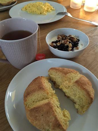 För den som vill undvika gluten går det jättebra att baka scones med ett glutenfritt mjöl. Här är ett recept med majs- och rismjöl, men det går bra med vilket glutenfritt mjöl som helst. Teff ger en något nötaktig smak medan majsmjölet ger en solgul färg. Välj det som finns hemma, det blir bra oavsett. Jag serverar gärna chiasylt till mina scones. Bara att blanda blåbär, hallon eller jordubbar med lite chiafrön och vaniljpulver eller socker. Låt stå över natten så har du en färdig sylt på…