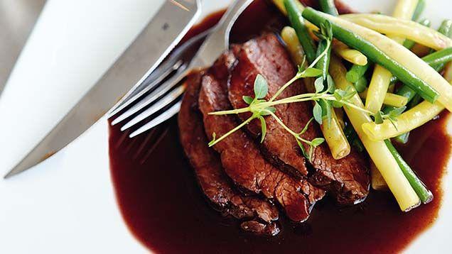 Rödvinssås är en sås som är fantastiskt god till en mör köttbit. En rödvinssås innehåller rödvin, kalvfond, schalottenlök, lagerblad, timjan, smör, salt och peppar. Vill du lyxa till den så välj ett...