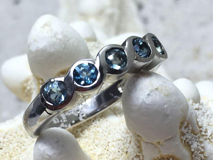 Een persoonlijke favoriet uit mijn Etsy shop https://www.etsy.com/nl/listing/524336472/sterling-zilveren-ring-met-5-topaas