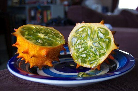Fructul de Kiwano..se consuma numai interiorul verde zemos, care are un gust amestecat de zucchini, castravete, kiwi si banane.Tinand cont de faptul ca acest fruct consta in cea mai mare parte din apa, te ajuta sa te hidratezi pe parcursul unei zile de vara. Este bogat in potasiu, vitamina A, vitamina C si fier.