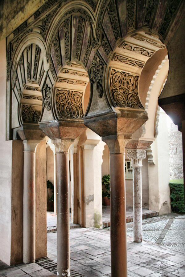 Arcos polilobulados en el interior del Pabellón de la Alcazaba de Málaga