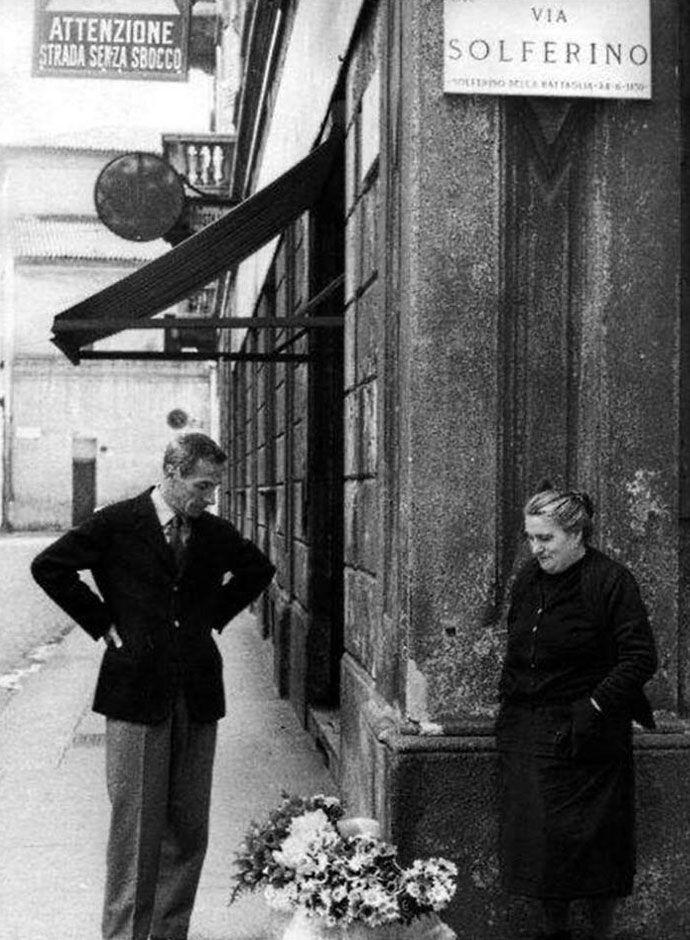 Sbaglio o è Dino Buzzati che parla con la fioraia vicino alla sede del Corriere?