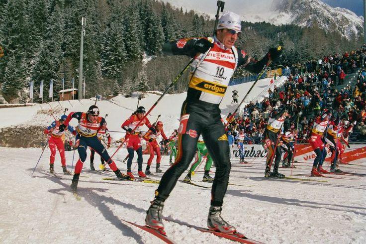 Desporto de inverno. Biatlo. Partida em linha. Copa do Mundo de Biatlo, em Anterselva - Antholz, no vale de Antholz, Itália. 2006. Ricco Gross (10) e Julien Robert (20).           – Wikipédia, a enciclopédia livre