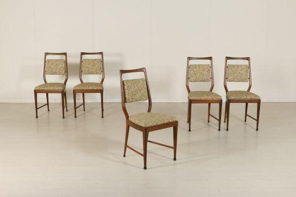Gruppo di cinque sedie; legno di faggio tinto, imbottitura in espanso, rivestimento in tessuto. Buone condizioni, presentano piccoli segni di usura.