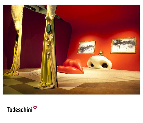 Espacios que son una obra de arte. A partir de una fotografía de la actriz Mae West, Salvador Dalí compuso el escenario realista de un apartamento sustituyendo los rasgos faciales de la estrella de Hollywood por muebles, cortinas y cuadros. #Diseñodeinteriores #Decoración #Todeschini #ambientes #mueblesamedida #arquitectura  #arte