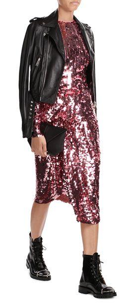 Durch funkelnde Pailletten in zuckersüßem Pink wird dieses Kleid von Preen by Thornton Bregazzi zum ultimativen Statement. Lange Ärmel und ein knielanger Rock balancieren den Look dabei gekonnt aus. Tip: Als Kontrast tragen wir dazu eine Lederjacke und geschnürte Boots. #Stylebop