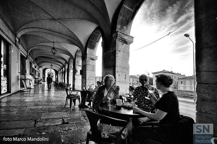 Relax sotto le volte dei PORTICI ERCOLANI.... Senigallia ,Centro Storico.(An) Marche. (Foto di Marco Mandolini.)