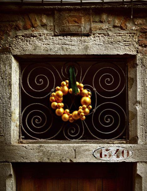 Kotivinkin ohjeilla teet ovikoristeeksi kullanvärisen kranssin. Kulta tuo jouluun juhlatunnelmaa ja kultainen ovikranssi toivottaa vieraat tervetulleiksi säihkeellään. Katso ohjeet ja askartele kranssi.