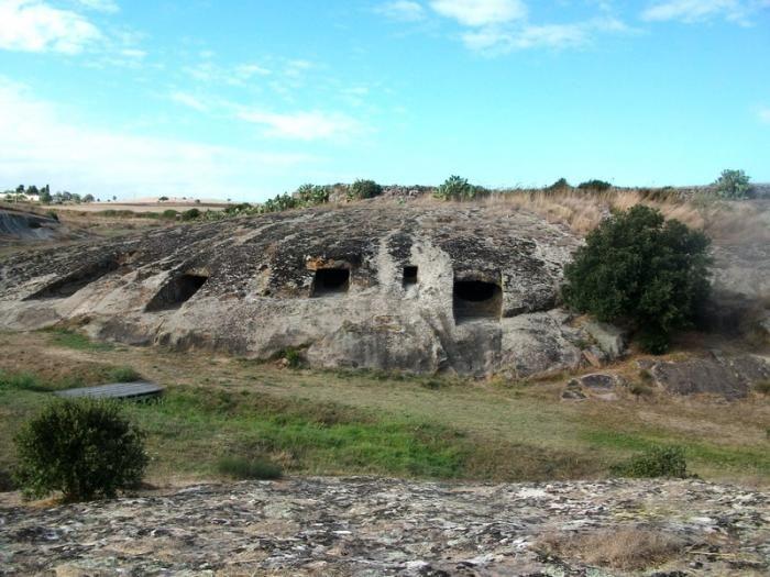 La Necropoli di Genna salixi si trova nel comune di Villa Sant'Antonio in provincia di Oristano a circa 1 km dal centro abitato ricavata da un imponente blocco roccioso che fiancheggia un rilievo collinare.