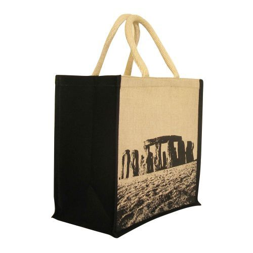 Printed with a photograph of Stonehenges distinctive stone formations, this stylish bag is perfect for shopping, trips to the beach or days in the countryside.