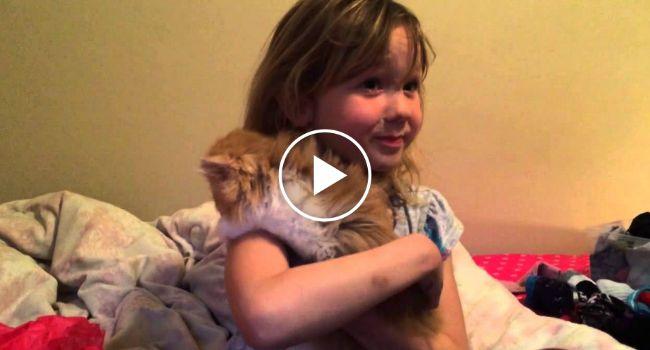 A Alegria De Uma Criança Ao Receber Um Gatinho No Seu Aniversário http://www.funco.biz/alegria-crianca-ao-receber-um-gatinho-no-aniversario/