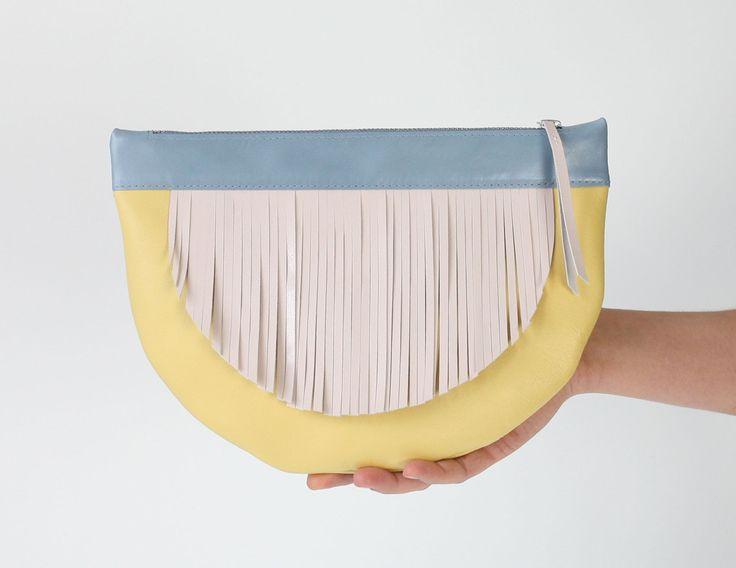 Coole Fransentasche in Pastellfarben – zum Umhänden oder als Clutch. Zu finden auf Etsy.
