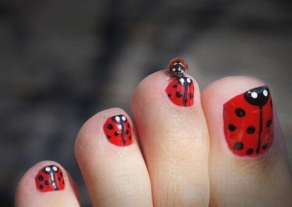 Nail art en las uñas de los pies con dibujos sencillos de mariquitas