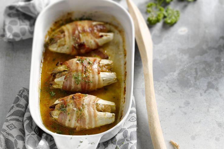 Het is een iets anders dan de klassieke witloof met ham, deze witloofstronkjes gevuld met gehakt. Serveer met gekookte aardappelen of aardappelpuree....