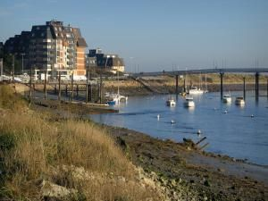 Estuaire de la Dives - Rivière Dives avec des bateaux, passerelle et résidences de la station balnéaire de Cabourg