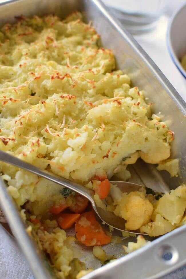 Pastel de vegetales Woolton un plato básico y nutritivo, para tiempos de escasez. Se prepara con vegetales disponibles o de temporada como papas, zanahoria, coliflor, nabos
