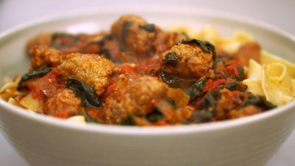 Eén - Dagelijkse kost - pappardelle met worst, tomaat en spinazie
