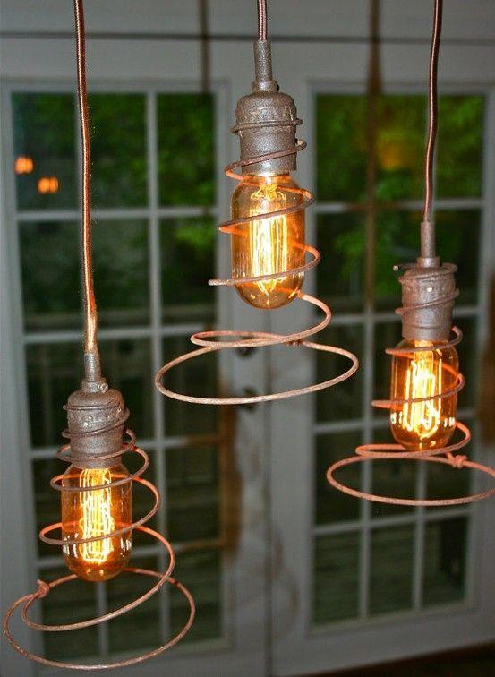 Suspension lumineuse style industriel avec des ressorts de matelas