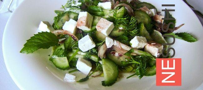 Салат с фетой, огурцами и мятой ====================== Исключительно пикантный зеленый салат из огурцов, зелени и мяты с сыром фета. За мальчиков не поручимся, а девочки будут в восторге :-)