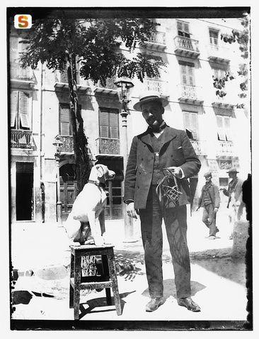 Cagliari, elegante signore col cane - Giulio Pili