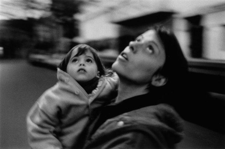 """Adriana Lestido . Madres e hijas, 1995/98. """"Cuatro historias de madres e hijas, fotografiadas intensamente durante tres años. Es el trabajo donde más me impliqué. Quise comprender algo del misterio de esta relación tan compleja, condicionante en la vida de toda mujer""""."""
