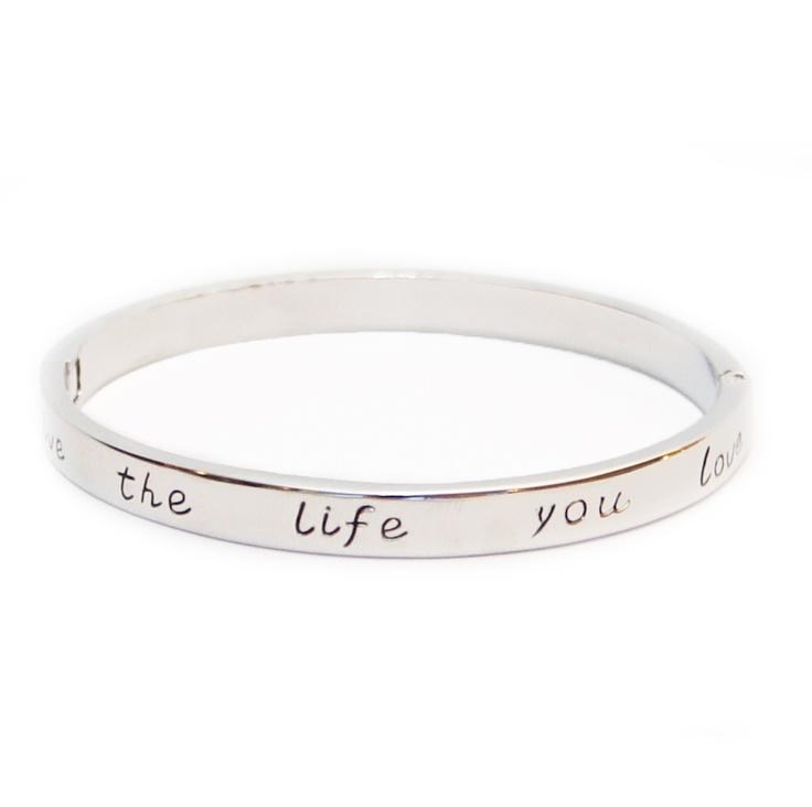 Armband 'Love the life..' zilverkleurig.. Stijlvolle armband met de tekst: 'Love the life you live'. Omtrek is ± 19 cm