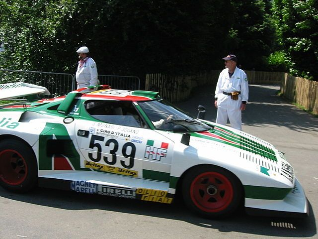 Lancia Stratos Turbo O Lancia Stratos foi um carro de ralis fabuloso, mas nas pistas não teve tanto destaque, sendo obliterado pelo 935, acabou sendo substituído pelo Beta Montecarlo.