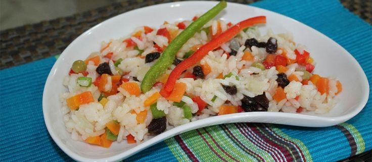 Ingredientes 2 copo(s) de arroz lavado(s) e escorrido(s)2 colher(es) (sopa) de óleo de soja1 dente(s) de alho amassado(s)6 copo(s) de água ferventequanto baste de sal2 unidade(s) de cenoura cozida(s)...