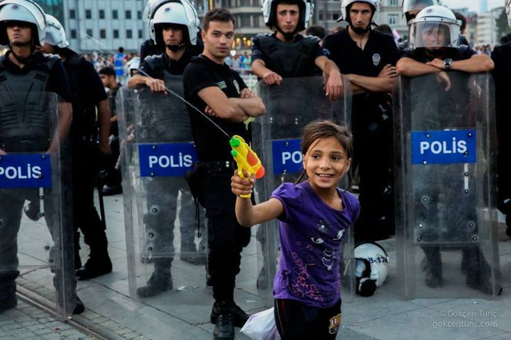 we are still smiling - Taksim Meydanı 29.06.2013 20:45 Direnİst(A)nbul / ResIst(A)nbul Turkey Istanbul Taksim Square, 8.45 pm
