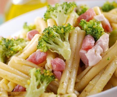 Le caserecce con broccoli e pancetta rappresentano un primo piatto appartenente alla tradizione italiana da sempre. Ottimo da gustare in diverse occasioni!