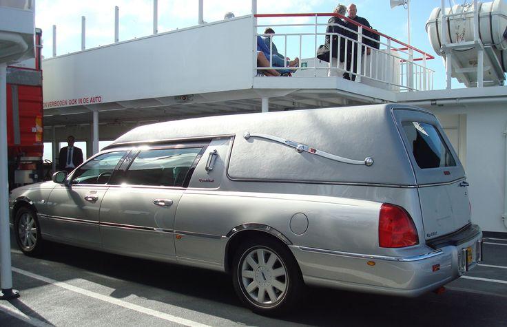Met de rouwauto vanaf Schiermonnikoog, een overledene weggebracht | rouwauto - Lincoln