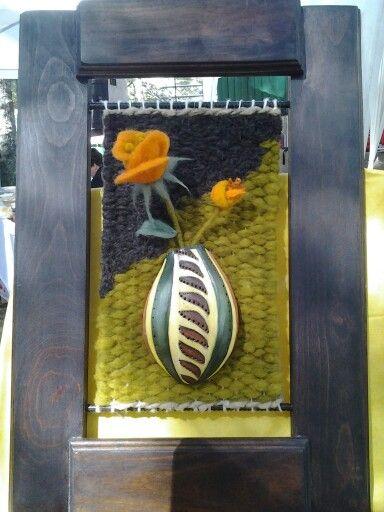 Rosas en macetero de calabaza, técnicas de telar y fieltro agujado, marco de roble.