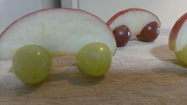 Racing cars: sliced apple and grapes! More kids food on Facebook at: http://www.facebook.com/YibbaYabbaMama